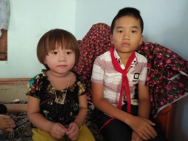 Khó khăn chồng chất khiến hai đứa con của vợ chồng chị Trà có nguy cơ thất học giữa chừng.
