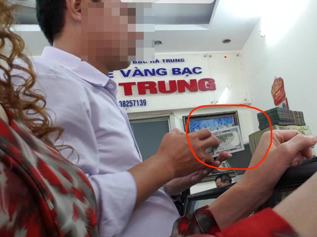 Cảnh mua bán ngoại tệ trên phố Hà Trung.    Ảnh: B.Loan