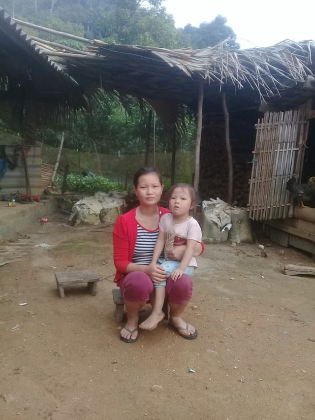 Chị Ton lo lắng con gái chị mắc bệnh nhưng gia đình chưa có điều kiện đi khám vì quá nghèo.