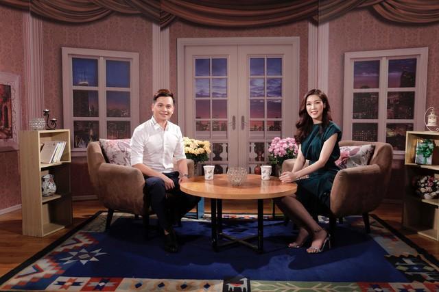 Trò chuyện với MC Danh Tùng, Phí Linh khiến nam MC bất ngờ vì cuộc sống của một người đẹp lấy chồng giàu có.