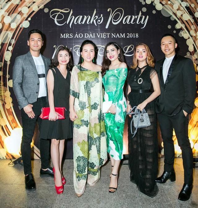 Ngoài đời, Phượng Chanel và các ngôi sao giải trí rất thân thiết, từ Đàm Vĩnh Hưng, Thanh Lam đến Hoàng Thùy Linh, Linh Nga,…