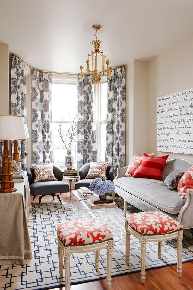 Bộ rèm cửa dáng dài đầy ấn tượng được sử dụng như món phụ kiện trang trí cho không gian sống gia đình thêm phần thu hút.