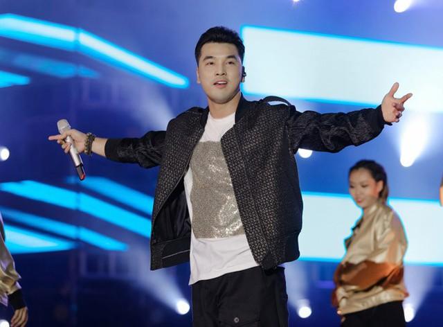 """Tại buổi diễn vừa qua, Ưng Hoàng Phúc đã biểu diễn lại ca khúc """"Người ta nói"""" và được hàng nghìn khán giả đồng thanh hát theo."""