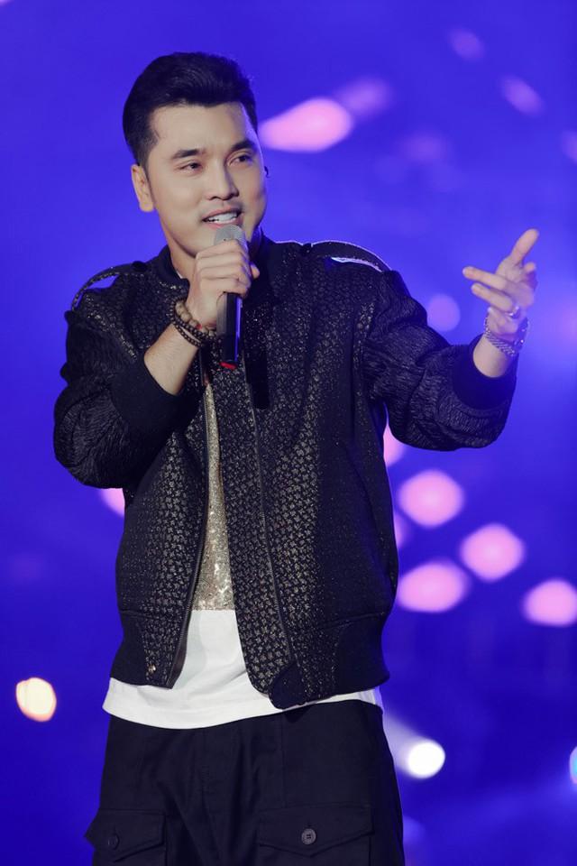 Ngoài ra, nam ca sĩ cũng thể hiện thêm một số ca khúc mới có giai điệu sôi động để khuấy động bầu không khí tối qua.