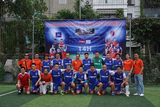 Đội bóng V-Stars tổ chức đá giao lưu để gây quỹ cho bé Hồng Phương. Ảnh PT