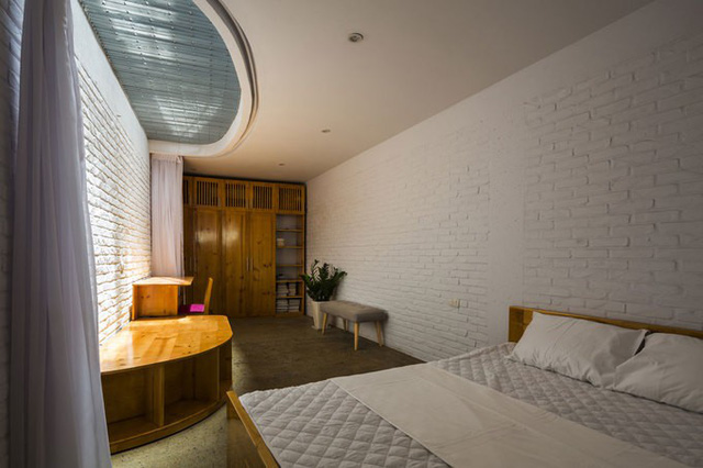 Các phòng ngủ chính ở tầng 1 và tầng 3 được bố trí rèm có thể đóng mở. Cách này sẽ linh hoạt kết nối với không gian thông tầng, không tạo cảm giác kín mít, hay bí bách.
