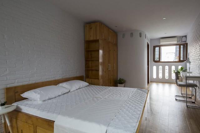 Tường, chăn nệm, bàn ghế đều sử dụng tông trắng khiến nhà có cảm giác rộng so với diện tích thật.