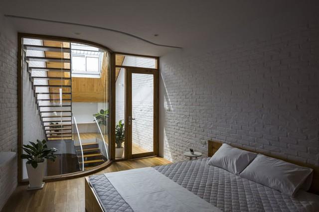 Từ trong phòng ngủ vẫn có thể bao quát không gian bên ngoài nhờ hệ cửa kính trong suốt.
