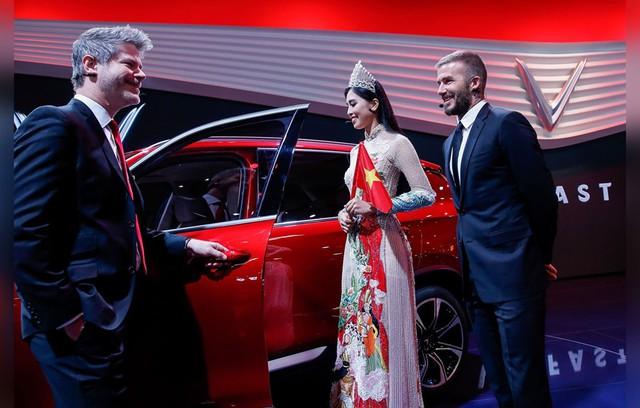 Davic Beckham và Hoa hậu Trần Tiểu Vy tham quan chiếc xe của Vinfast. Ảnh: Getty Images Europe.