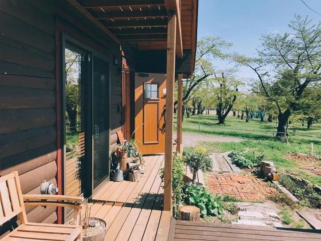 Hiên nhà gỗ xinh xắn ngập nắng.