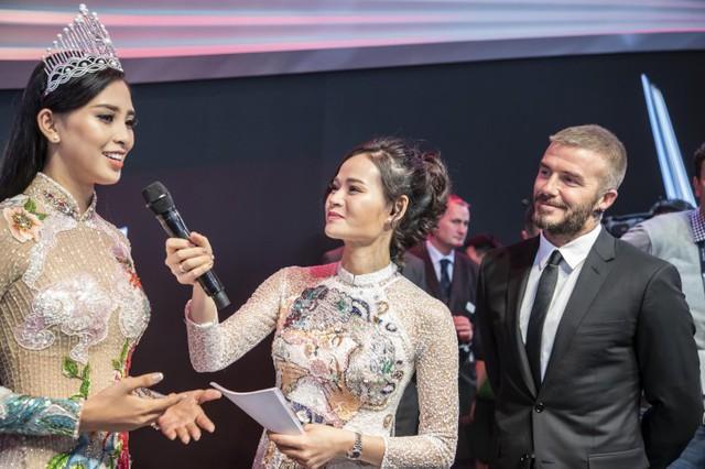 Tiểu Vy kể thêm, cô cũng như nhiều người dân Việt Nam hâm mộ David Beckham rất lâu và chưa bao giờ nghĩ có cơ hội gặp cựu danh thủ. Ban đầu, người đẹp sợ tâm trạng quá hồi hộp nhưng sự lịch thiệp của Beckham giúp cô bình tĩnh hơn trong giây phút quan trọng. Tôi cảm thấy rất vui. Tôi thấy David Beckham ở ngoài còn đẹp trai hơn trong ảnh hay trên video, Hoa hậu chia sẻ.