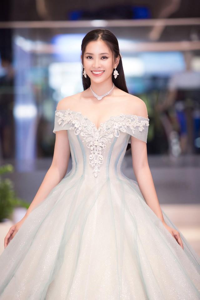 Hoa hậu Trần Tiểu Vy thu hút mọi ánh nhìn ngay khi xuất hiện