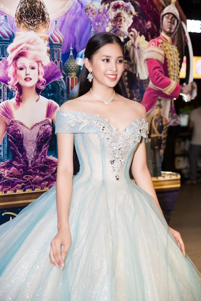 Tân Hoa hậu được khen ở thần thái quyến rũ và sự thân thiện
