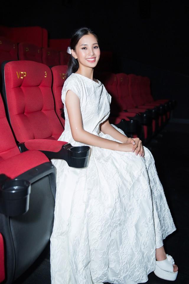Khi vào rạp phim, cô đã diện một trang phục khác