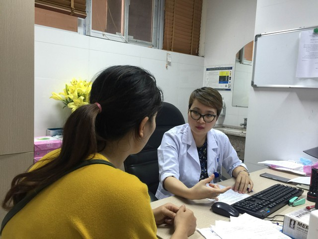 BS Nguyễn Thùy Linh khám bệnh cho bệnh nhân . Ảnh: TL
