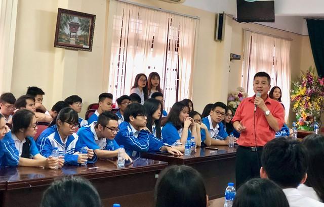 NSƯT Chí Trung trong buổi nói chuyện với học sinh trường THPT Cầu Giấy: Ảnh: T.H