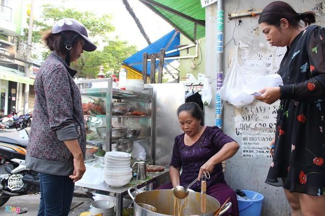 Quán bánh canh của bà Loan mở bán buổi chiều, tuy nhiên, chỉ vài tiếng sau là đã hết hàng. Ảnh: T. L