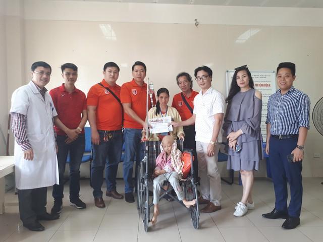 PTBT Nguyễn Chí Long cùng đại diện Vstars và Phòng CTXH của Bệnh viện K trao tiền cho mẹ bé Phương. Ảnh: PT
