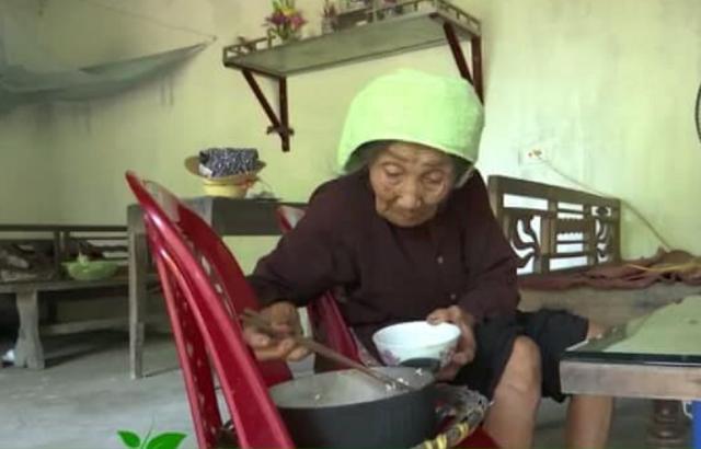 Cụ Nguyễn Thị Bấm sống một mình không ai chăm sóc hàng ngày. ảnh: T.G