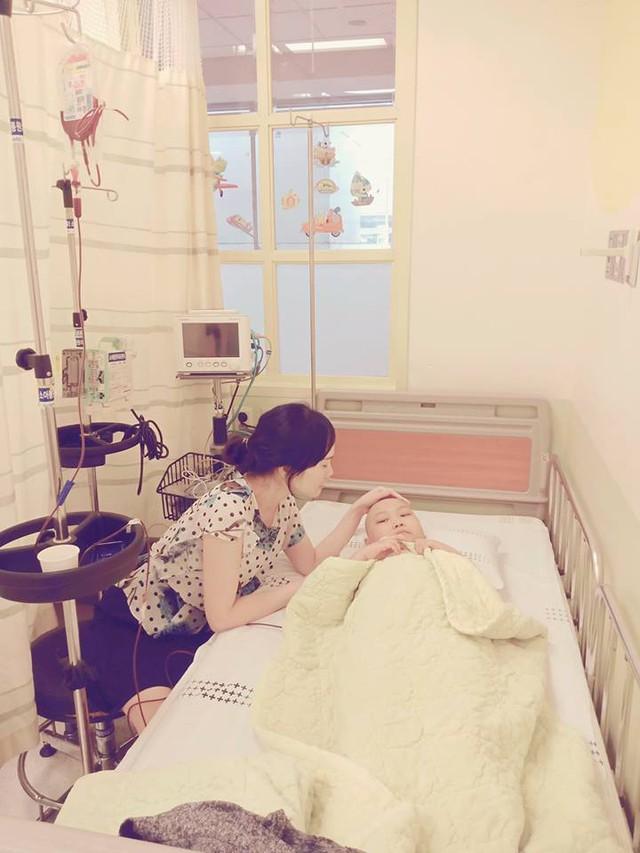 Hai mẹ con chị Nguyệt đang điều trị bên Hàn. Ảnh FBNV