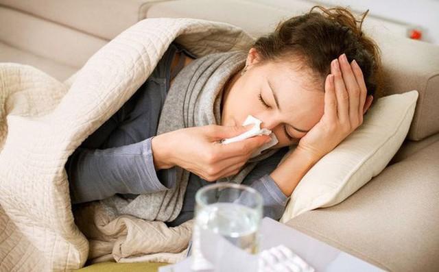 Khi bị cúm cần vệ sinh thường xuyên đường hô hấp bằng dung dịch nước muối sinh lý, giữ vệ sinh sạch sẽ, thường xuyên rửa tay bằng xà phòng diệt khuẩn. Ảnh minh họa