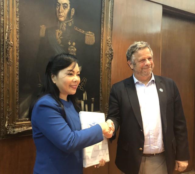 Bộ trưởng Y tế và Phát triển Xã hội Argentina Adolfo Rubinstein chào đón Bộ trưởng Nguyễn Thị Kim Tiến.