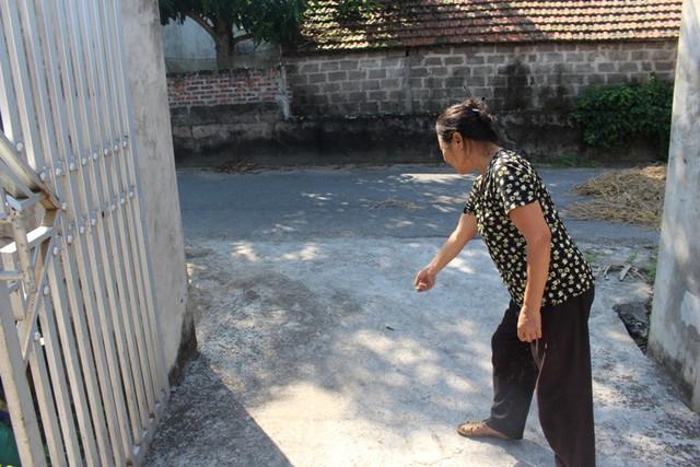Hai người đàn ông lạ mặt dựng xe máy cạnh cổng nhà bà N, sau đó vào hiên nhà có hành vi bắt cóc cháu Th. Ảnh: Đ.Tùy