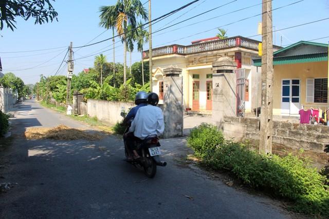 Khu vực gia đình bà N. sinh sống nằm cạnh đường trục chính của thôn Cự Lộc. Ảnh: Đ.Tùy