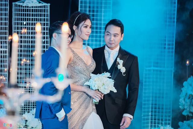 Khoảng 6h15, Lan Khuê và John Tuấn Nguyễn cùng gia đình hai bên xuất hiện tại sảnh tiệc. Cô dâu xinh đẹp trong thiết kế váy cưới đính đá cầu kỳ. Cô gửi thân thiện đến cảm ơn phóng viên đã quan tâm đến ngày vui của mình.