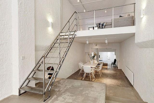 Các không gian sinh hoạt được sắp xếp khá khéo léo và thoáng đãng. Ở phần giữa của không gian chiếc cầu thang nối lên tầng được làm bằng kim loại mỏng để tránh sự rối rắm.