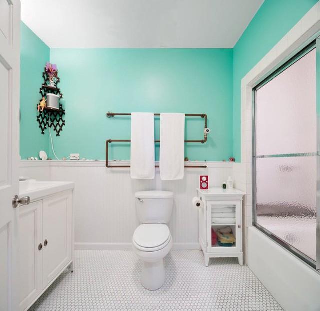 Phòng tắm được lựa chọn màu xanh lá làm màu nhấn, tươi mát và vô cùng trẻ trung. Khu vệ sinh được sử dụng màu trắng tạo vẻ đẹp hiện đại và cảm giác sạch sẽ.