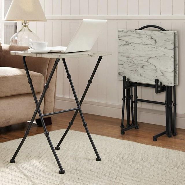 Một bàn đá cẩm thạch được sử dụng như một bàn làm việc tiện dụng có thẻ gấp vào và cất đi rất nhẹ nhàng.