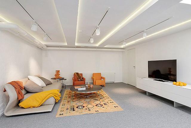 Phòng khách cũng khá rộng rãi và thoáng mát theo phong cách Scandinavia lấy tông màu vàng cam làm chủ đạo.