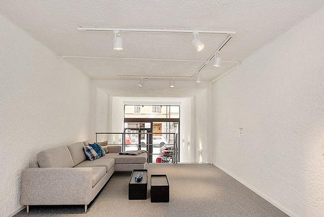 Ngoài ra, tường được sơn màu trắng tinh với sàn màu xám. Hai màu đơn sắc này tạo cảm giản đơn giản nhưng tinh tế cho ngôi nhà.