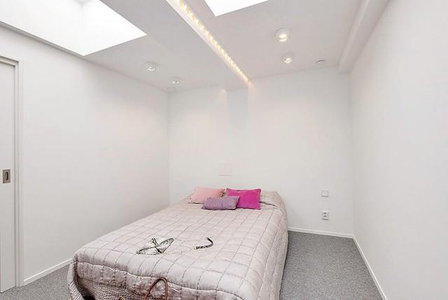 Phòng ngủ đơn giản với chỉ một chiếc giường ngủ êm ái duy nhất.