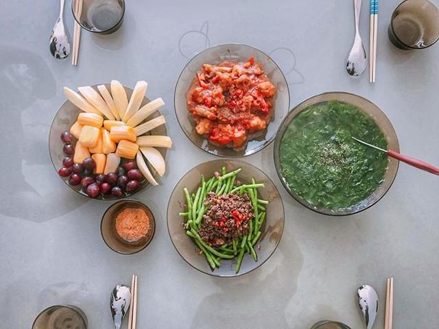 Mâm cơm mùa hè do siêu mẫu Sài thành vào bếp có đỗ đũa xào thịt bò, sườn non ram chua ngọt, canh và hoa quả tráng miệng.