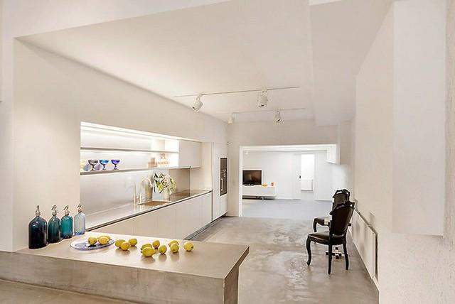 Một màu xám trắng làm nổi bật lên tất cả các dụng cụ sinh hoạt và nội thất có trong căn phòng.