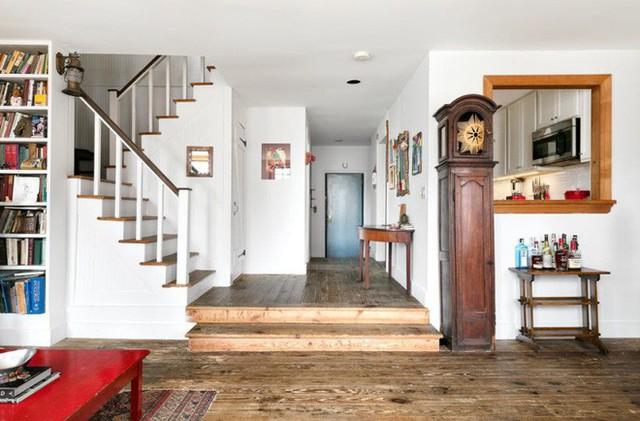 Sàn gỗ cũng được chọn chất liệu tự nhiên với những đường vân hết sức độc đáo tạo vẻ đẹp sang trọng mang hơi hướng cổ điển cho không gian.