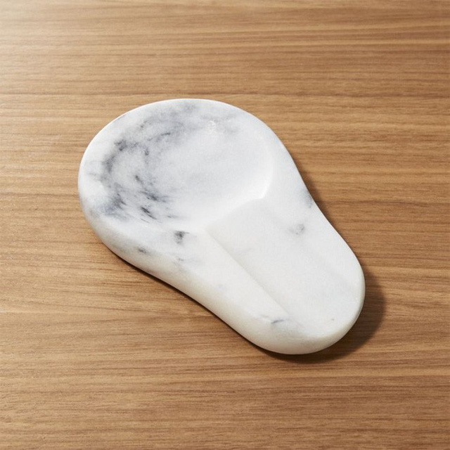 Một phụ kiện cẩm thạch nhỏ như thế này có thể được sử dụng làm kệ để tách hoặc ly, hoặc làm vật kê đũa trên bàn ăn đều được, không những thế trông còn khá sang trọng và lịch sự nữa.
