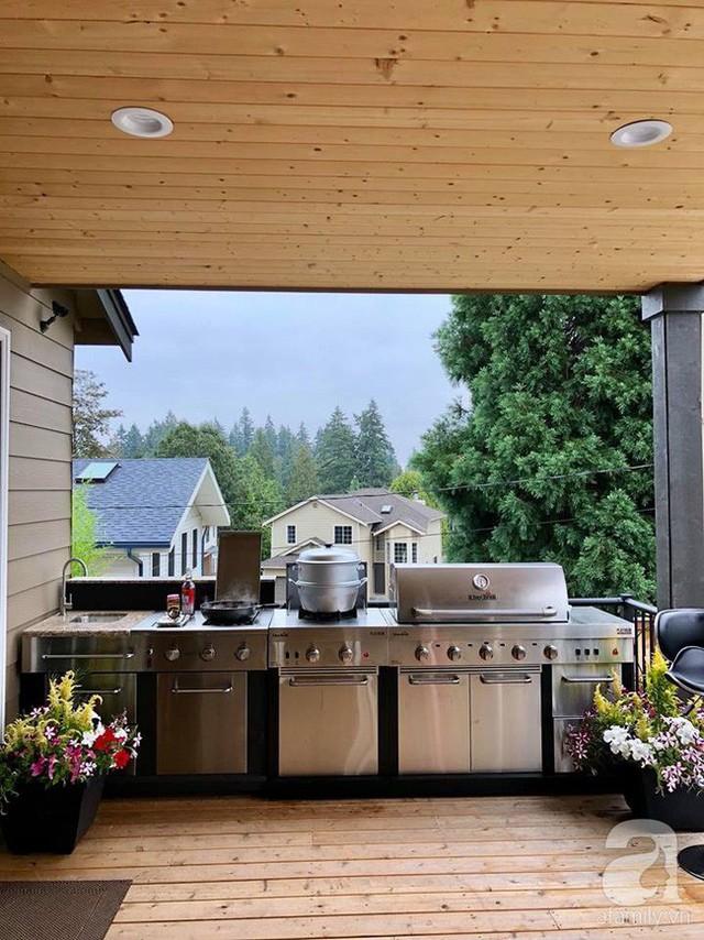 Góc bếp bên ngoài hiên, phía sau nhà.