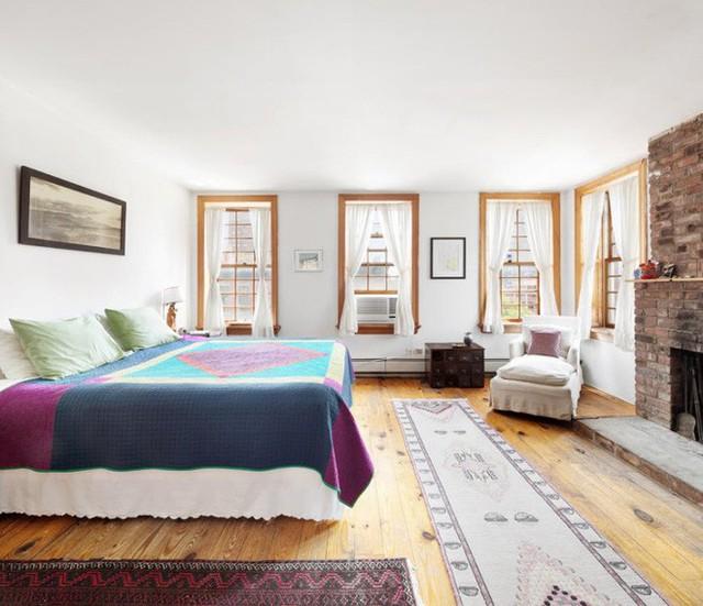 Căn nhà có đến 4 phòng ngủ với cửa sổ rộng mở, ngập tràn ánh sáng tự nhiên. Cách thiết kế đơn giản, kết hợp màu sắc đa dạng và linh hoạt giúp không gian nghỉ ngơi trở nên thu hút với vẻ đẹp độc đáo.