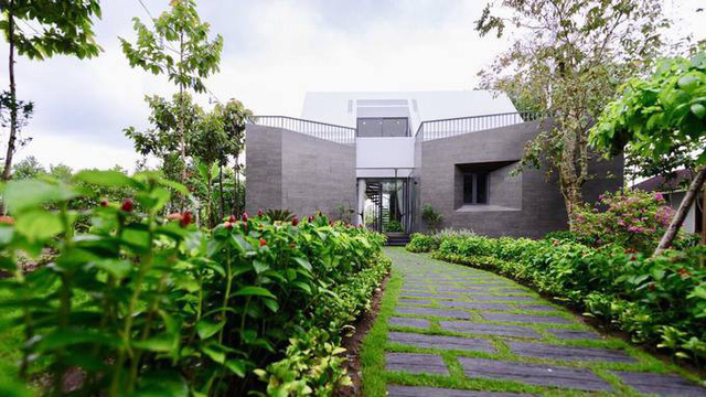 Nằm cách TP HCM khoảng 40 phút chạy xe, căn nhà vườn là nơi Cao Thái Sơn thường xuyên ghé lại nghỉ dưỡng hoặc tụ tập bạn bè. Được bao quanh bởi vườn hoa và cây cối, ngôi nhà mang đến cho nam ca sĩ sự yên tĩnh, cảm giác hòa mình vào thiên nhiên và thực sự được thư giãn sau tuần làm việc mệt mỏi.