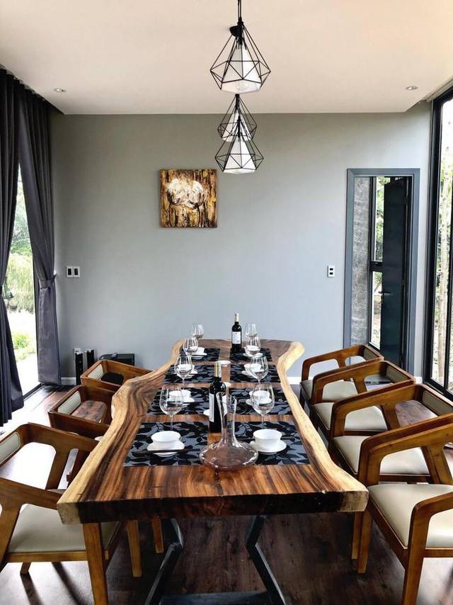 Anh đặc biệt thích thú với bộ bàn ăn hình lát cắt thân cây bởi cảm giác hoang dã, tự nhiên mà nó mang lại. Tại khu vực này, các thành viên trong gia đình giọng ca Con đường mưa có thể vừa dùng bữa, vừa ngắm nhìn phong cảnh ngoài vườn.