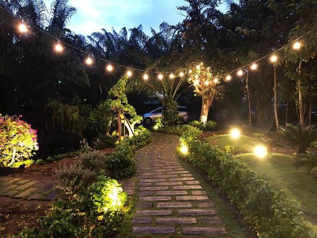 Khoảng sân vườn trước căn nhà được Cao Thái Sơn dùng để tổ chức liên hoan hoặc tiệc BBQ ngoài trời.