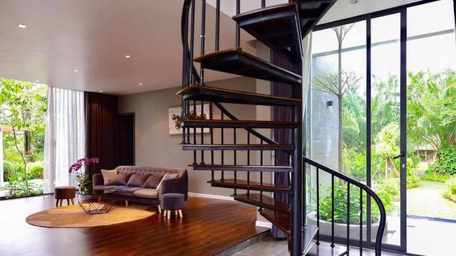 Căn nhà có hai tầng, phòng ngủ trên lầu hai, được thiết kế riêng biệt để đảm bảo sự riêng tư cho các thành viên trong gia đình.