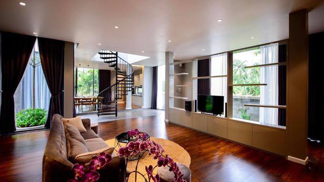 Phòng khách và bếp ở tầng trệt, thông nhau với tổng diện tích khoảng 600 m2.