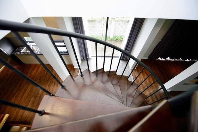 Cầu thang hình xoắn ốc ở trung tâm ngôi nhà là điểm nhấn.