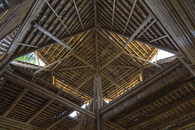 Từ những thanh tre được mô-đun hóa (hai loại, đường kính 8-10cm hoặc 4-5cm, dài 3,3m hoặc 6,6m), ngôi nhà được lắp dựng theo cách đơn giản (chốt, buộc, treo, gác…).