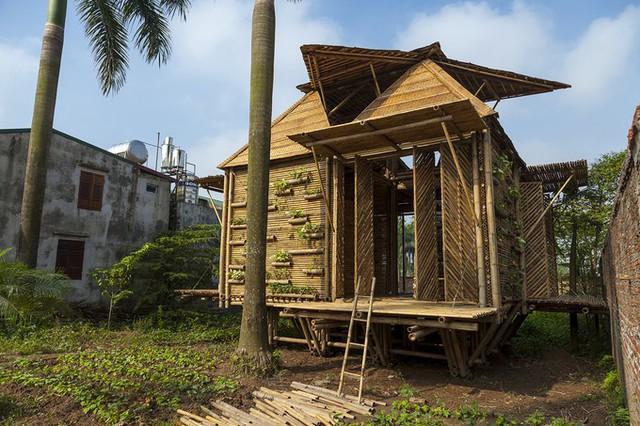 Mô hình đầu tiên của ngôi nhà bằng tre này đã được dựng từ năm 2013 và đặt trong một khu vườn của một gia đình ở Cổ Nhuế, Hà Nội. Nhà tre một trệt một lửng, có diện tích sàn 44m2.