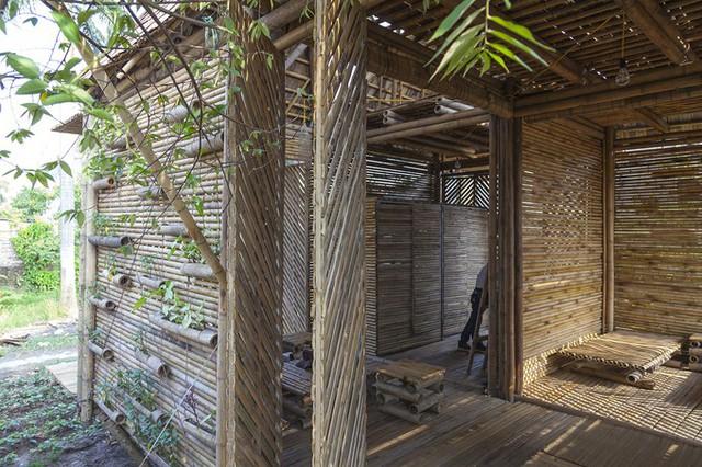 Nhà có đầy đủ các phòng chức năng: khách, ngủ, bếp, nhà vệ sinh. Thiết bị nội thất trong nhà cũng làm từ những vật liệu tự nhiên như tre, trúc, phên nứa, cót ép, lá dừa...